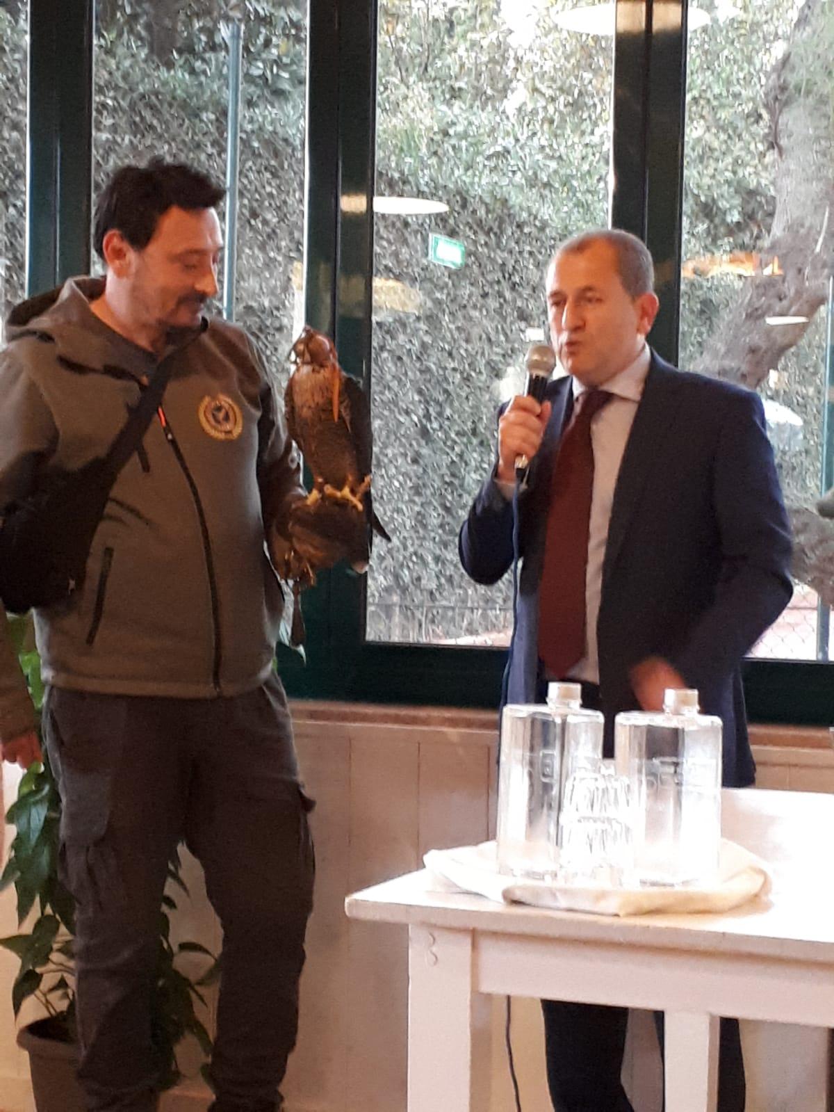 Foto-Vincenzo-Di-Michele-in-presentazione-con-il-falco