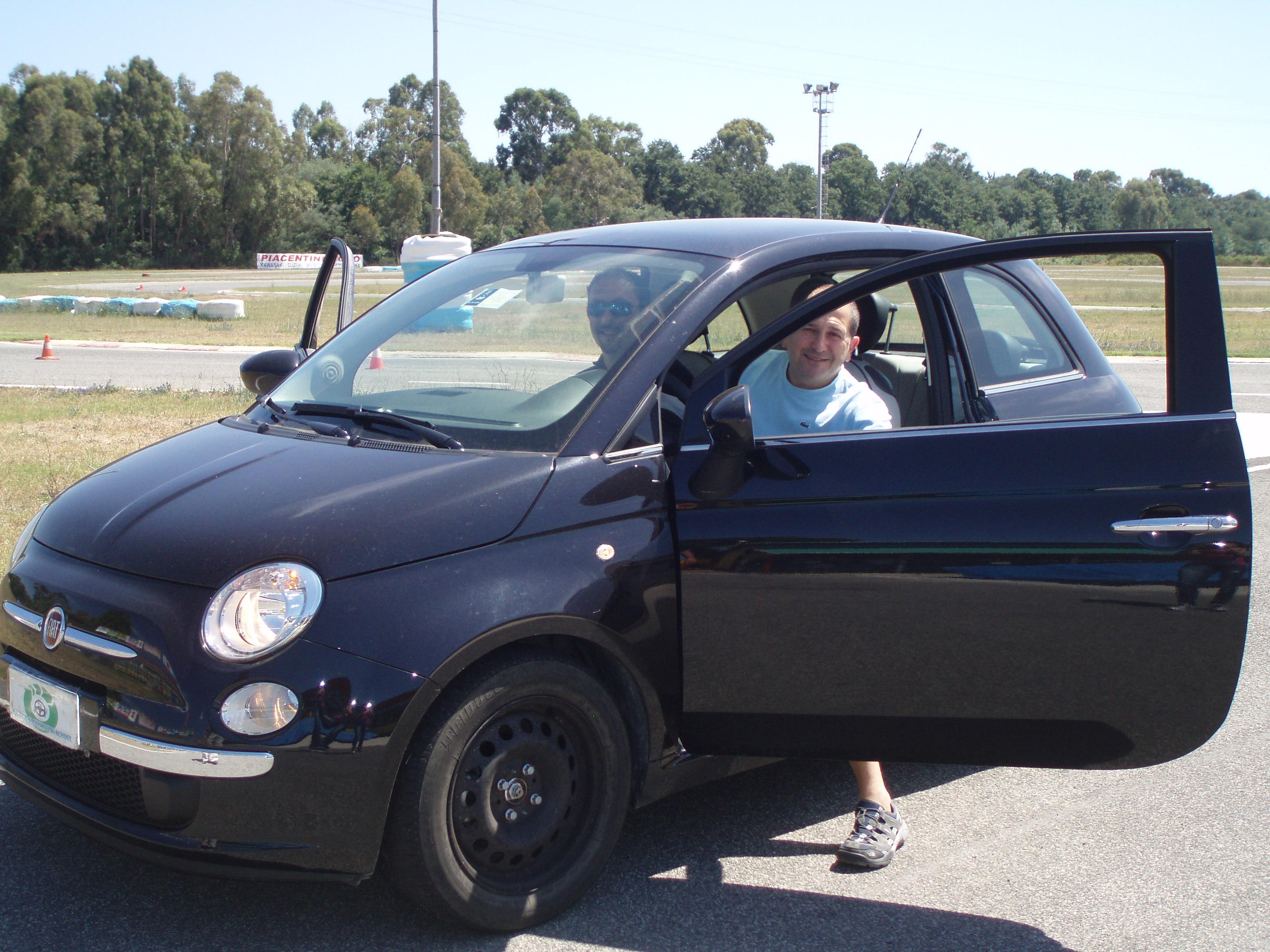 Vincenzo Di Michele alla guida della fiat 500 al corso di guida sicura e sportiva