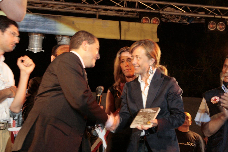 Vincenzo Di Michele omaggia il ministro della gioventù Giorgia Meloni con il suo libro