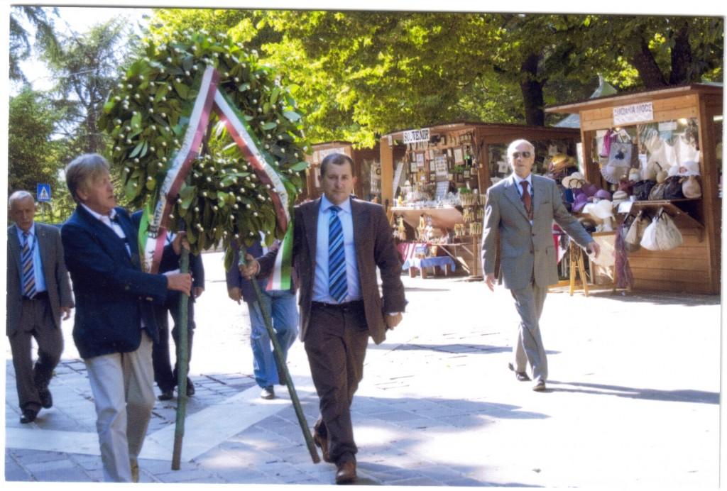 9-Luglio-2011-Raduno-degli-Abruzzesi-nel-mondo-Deposizione-della-Corona-in-onore-dei-caduti-nel-terremoto